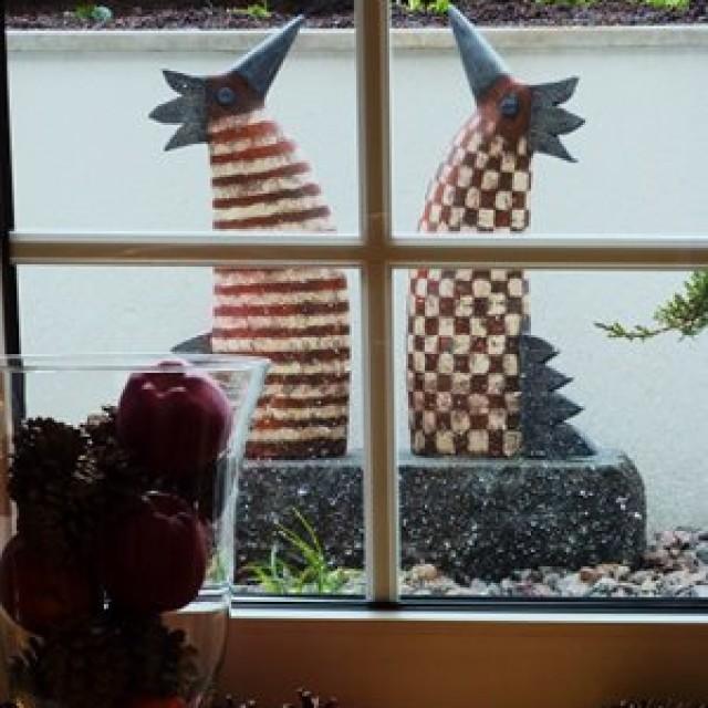 Gartendeko: Keramik Hennen beim Friseur