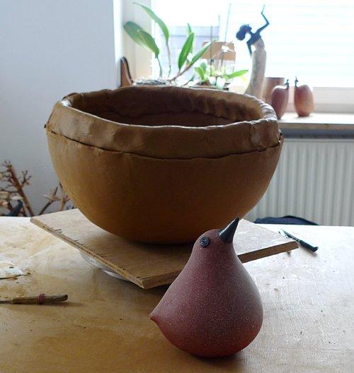 Großer Kunst Vogel vor kleinem Keramik Vogel