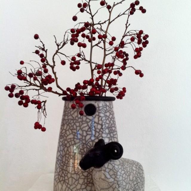 Rakubrand Vase und Widder im Herbst 2010