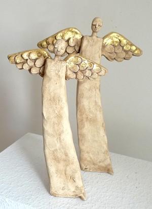 Weihnachtsengel aus Keramik mit Blattgold