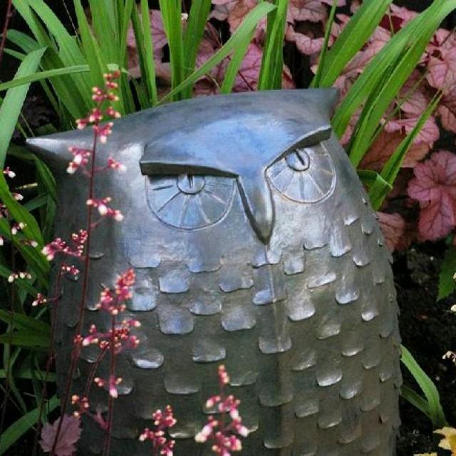 Tonfigur Eule von Margit Hohenberger in einem Garten in England
