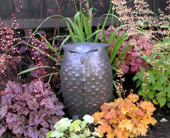 Gartenkeramik Eule in einem Garten in England