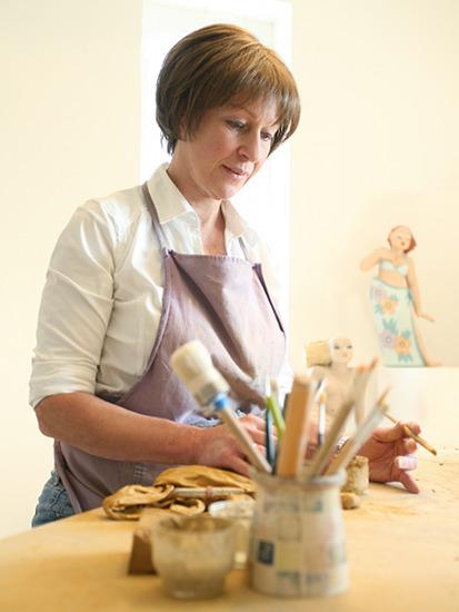 Künstlerin Margit Hohenberger bei der Arbeit mit Keramik