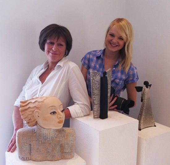 Margit Hohenberger und Sabrina Haalboom in der Töpferei