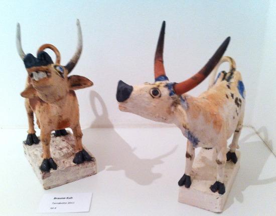 Braune Kuh und afrikanische Kuh: Keramik von Dr Konrad Ruff