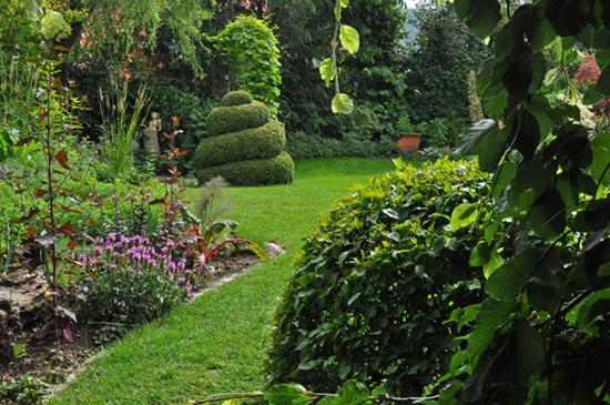 Gartenmädchen im Garten von Rainer Schlipf