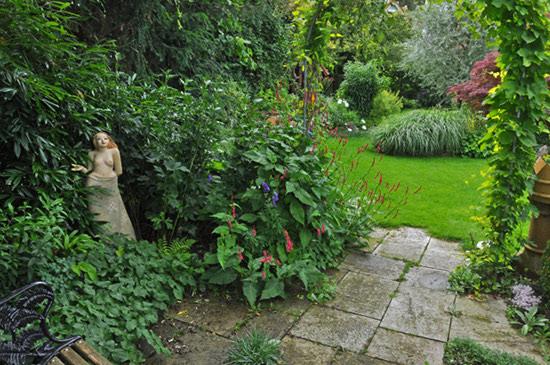 Gartenmaedchen mit Blick in den Garten von Rainer Schlipf