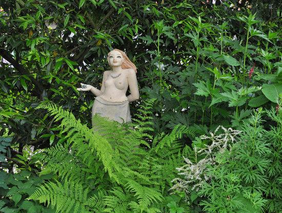 Gartenkeramik Gartenmädchen im Grünen
