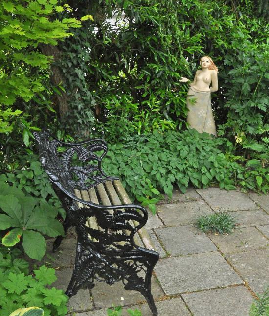 Ein Gartenmädchen, Gartenskulptur im Grünen