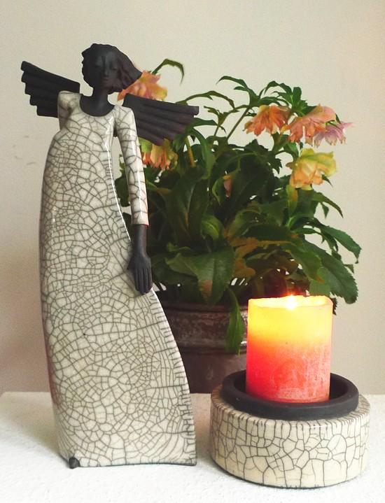 Engel mit Christrose und Kerze
