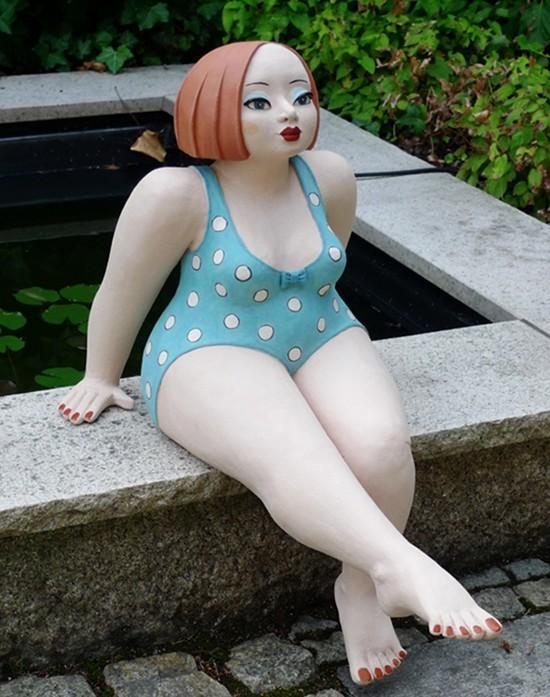 Keramikfigur Luise mit neuer Frisur am Teich