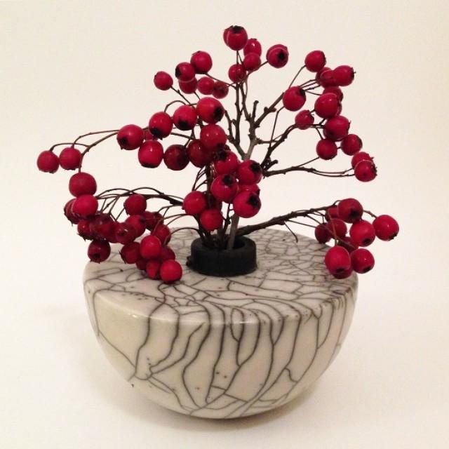 Vase Keramik in Raku mit roten Beeren