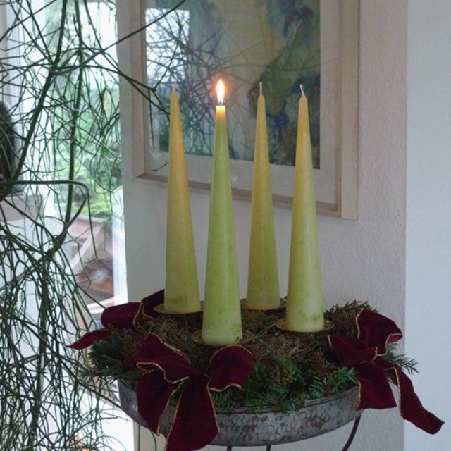 Adventskranz mit hohen Kerzen