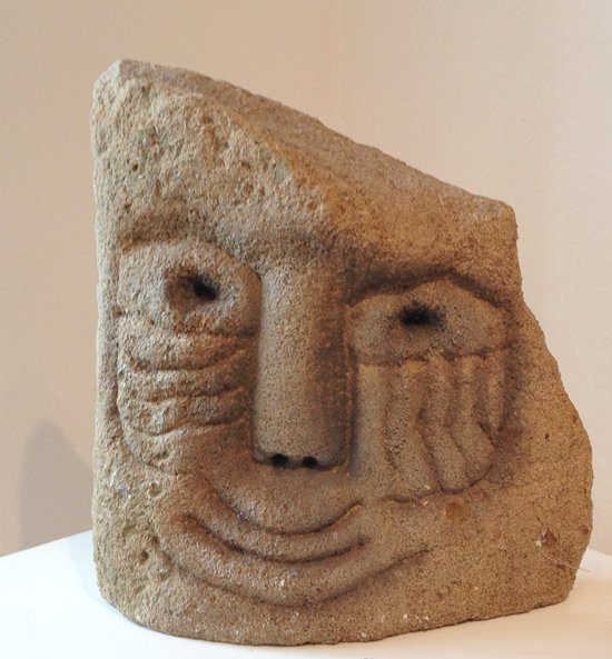 Sandsteinkopf: Skulptur von Marion Lucka