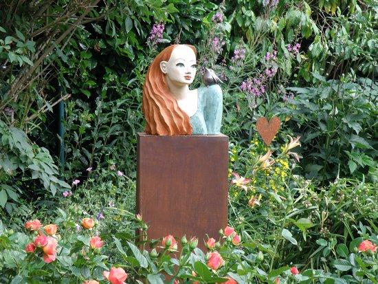 Keramik Büste für den Garten: Das Rosenmädchen
