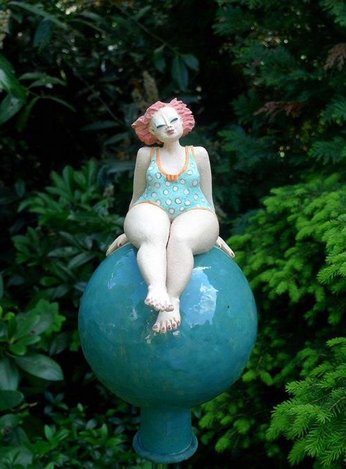 Gartenfigur auf Gartenkugel