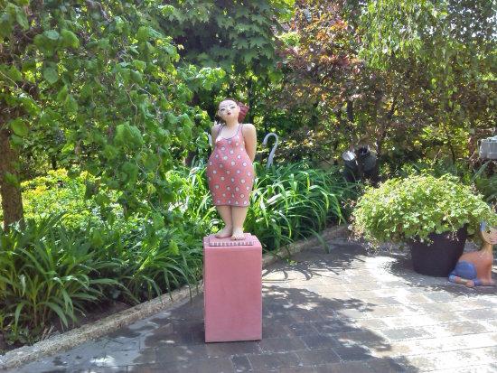 lady-in-pink-keramikfigur-garten