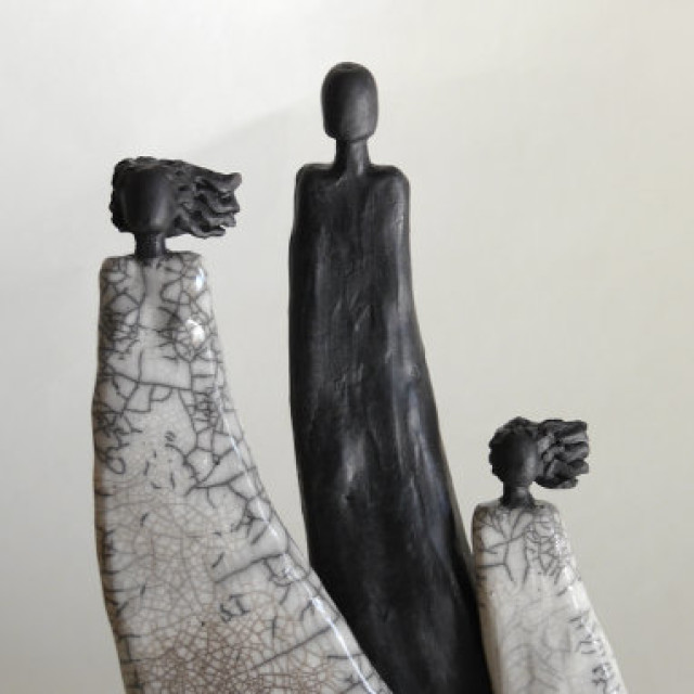 Boat People - Raku Skulpturen von Margit Hohenberger