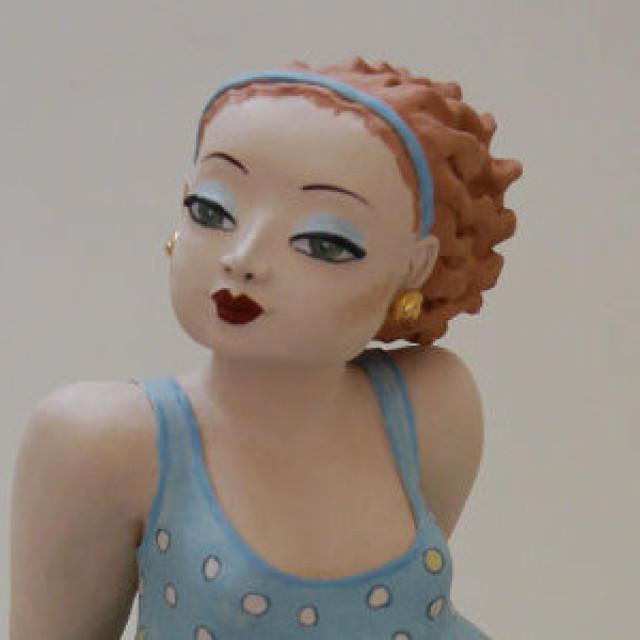 Millie – Keramikfigur im blauen Kleid