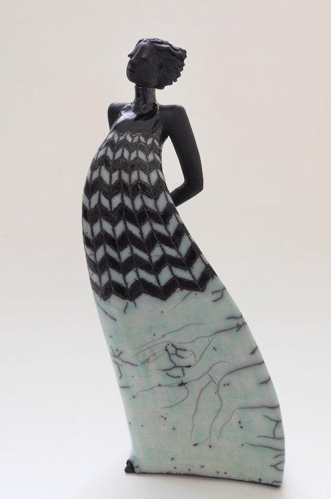 Raku Skulptur mit gemusteretem Kleid