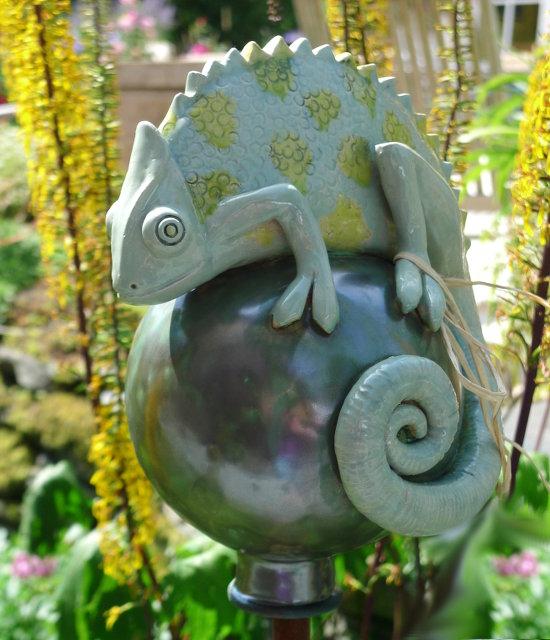 Tierfigur Chamäleon auf Keramik Kugel