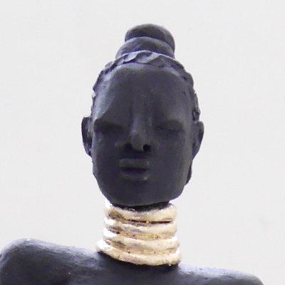 Kunst Skulptur in Raku Keramik mit goldenem Halsreif