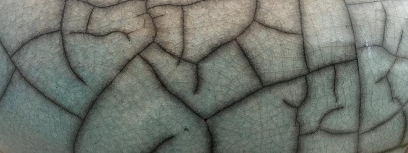 Zarter Hauch von Grün in der Glasur
