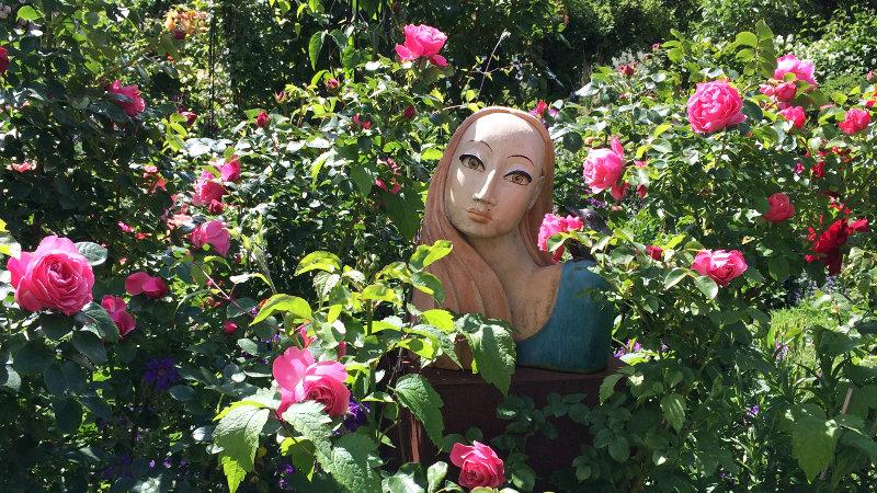 Frauenbüste im Rosengarten