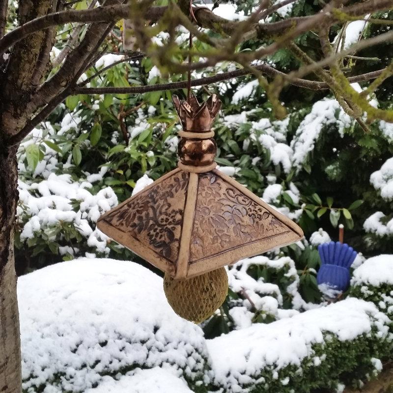Dach für Meisenknödel am Baum