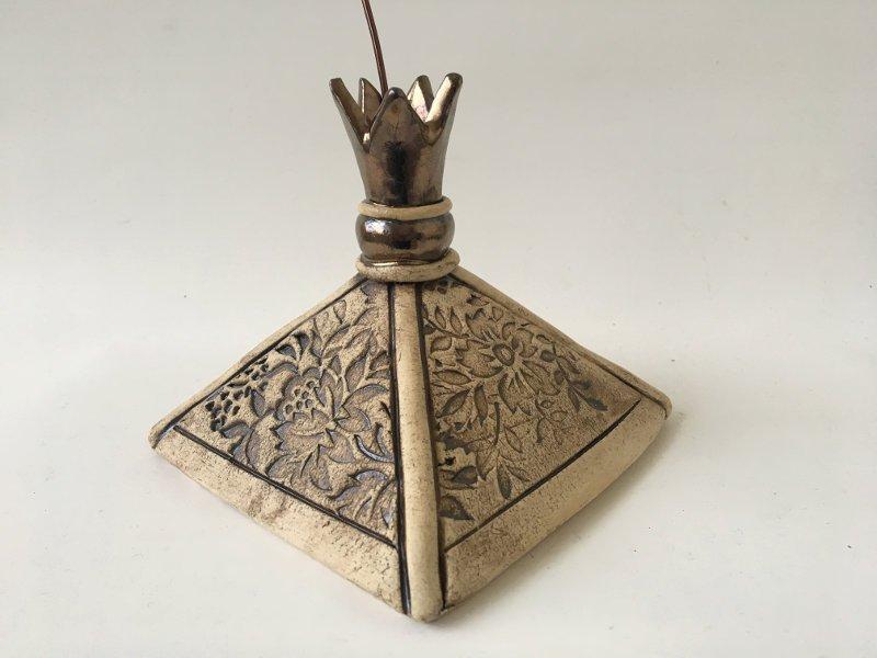 Für Vogelfreunde: Dach über dem Meisenknödel aus Keramik
