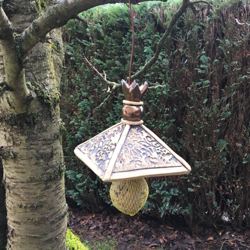 Meisenknödel Dach mit Aufhänger aus Keramik