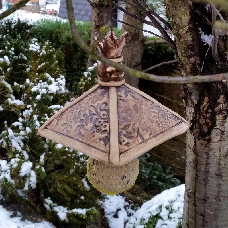 Mit Aufhänger im Garten: Dach für Meisenknödel