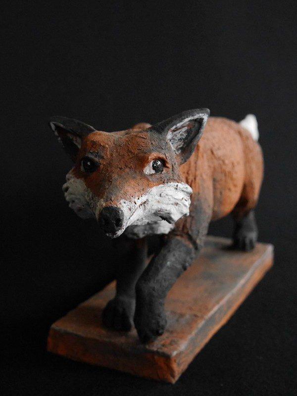 Fuchs Mikkel - Keramikfigur mit Schmunzeln im Gesicht